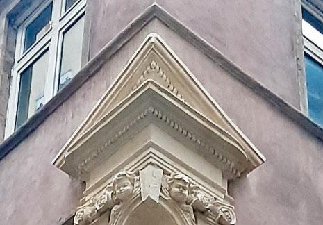 Détail du fronton de la niche d'angle restaurée