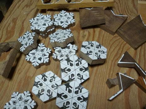 雪の結晶ペンダント外形切り抜き作業