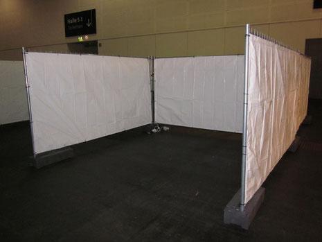 Einfache Verkaufsnieschen 3,5 x 3,5m / Bauzäune wurden mit Bfl s1 Planen bespannt