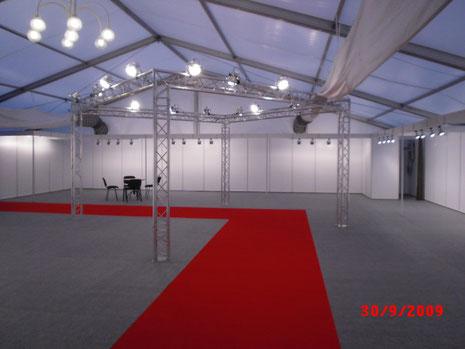 Zeltausstattung 216m² mit Traverse und rotem Teppichboden im Gang