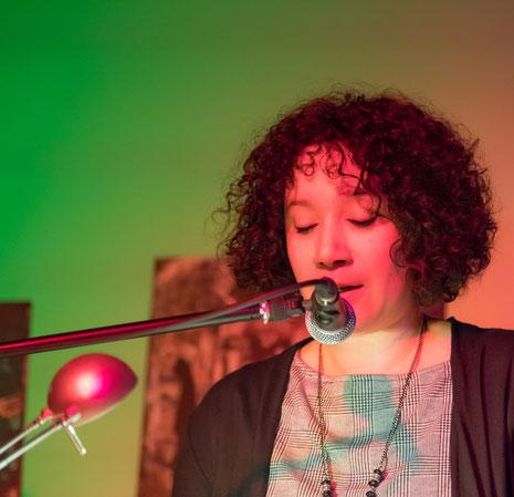 Nicole Kraebber bewegt die Zuschauer auf der Kleinkunstbühne in Bocholt