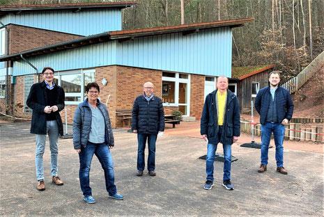 (von links) Bürgermeister Timo Lübeck, Kita-Leiterin Ute Nebe sowie die Fraktionsvorsitzenden Hein-Peter Möller (SPD), Klaus Renschler (GfH) und Andreas Kimpel (CDU) freuen sich über die gute Nachricht aus dem Landratsamt.