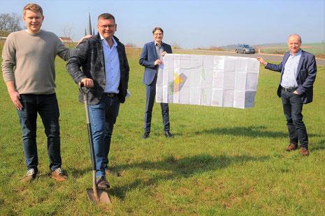 Unser Bild zeigt (von links) die Brüder Arthur und Denis Wischnakow, Geschäftsführer der Erste Kaviar Company EKC GmbH, Bürgermeister Timo Lübeck und Architekt Markus Wachtel im Haunetaler Gewerbegebiet. (Foto: Volker Kilgus)