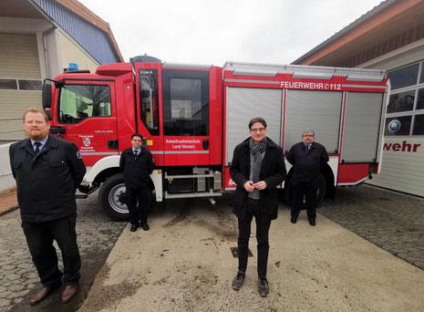 (von links) Gemeindebrandinspektor Daniel Streibler, stellv. Wehrführer Bernd Schaumburg, Bürgermeister Timo Lübeck und Wehrführer Oliver Quanz vor dem neuen Löschgruppenfahrzeug 10 KatS in Neukirchen.