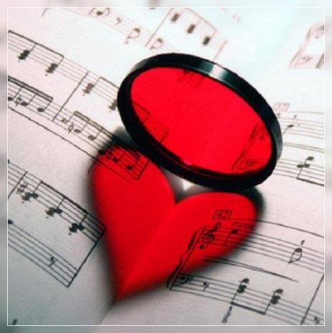 lente tonda che rispecchia un cuore rosso su spartito