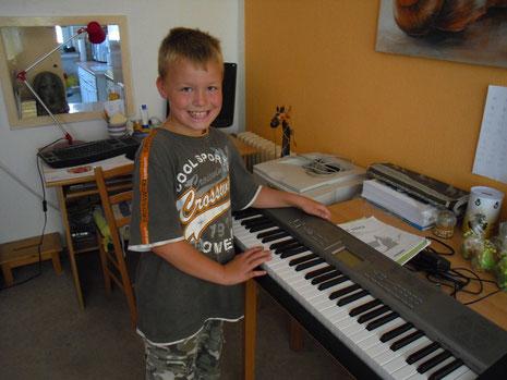 ein stolzer André mit seinen neuen Keyboard