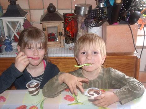 Jaimy und Jayden freuen sich über ihren Pudding