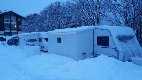 zwei Freunde, zwei skandinavische Wohnwagen, Grüsse von Fam. A und Fam. F.