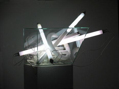 Glascontainer 2015, Leuchtstofflampen, Vorschaltgeräte, Glas 60 x 60 x 35 cm, Sockel Cortenstahl