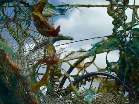 'Netzspiel im Quadrat' (Ausschnitt), über Draht geschöpfte Abaka- und Flachsfasern, 30 x 30 cm