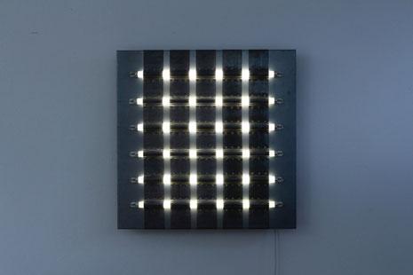 Raster 2009/2016, Leuchtstofflampen, Stahl, Blei, Holz, 100 x 100 x 10 cm