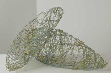 ' stones', pigmentierte Abakafasern über Draht geschöpft, ca. 53 x 18 cm und 70 x 20 cm