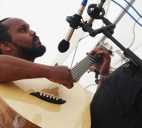 Jovanny Parvedy et la guitare baryton Katrina