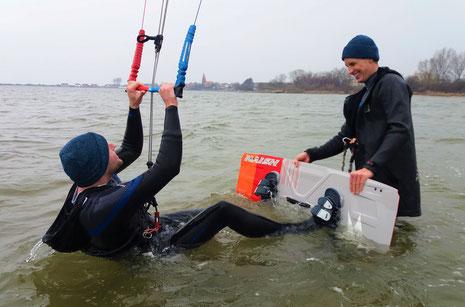 Volker Kramer hilft bei ersten Stehversuchen auf dem Kite-Board (Oceanblue Watersports)
