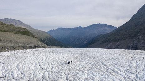 Forschungsgruppe an der Wetterstation auf dem Morteratschgletscher - © Foto: Mayk Wendt