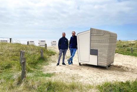 Thomas Sauer (links) und Torsten Sauer (rechts), die Entwickler der Korbsauna stellen die erste Korbsauna auf der Watt`n Insel in Büsum auf.