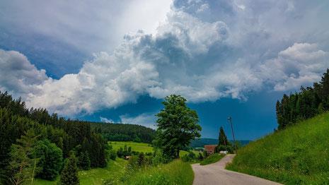 Gewitter können vor allem in den Bergen schnell zur Gefahr werden. Wer von einem Unwetter bei der Wandertour überrascht wird, sollte unverzüglich eine Schutzhütte aufsuchen oder die Schutzhaltung einnehmen.