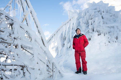 Felix Keller vor den Ice-Stupas - © Foto: Mayk Wendt