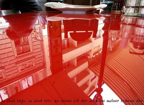 """Die spiegelnde Oberfläche stellt die Welt auf den Kopf: """"da sind tage, da sind orte, an denen ich der schatten meiner Träume bin"""" heißt dieser Beitrag Dieter Treecks zur Jahresausstellung """"Wegmarke Traum"""" 2014."""