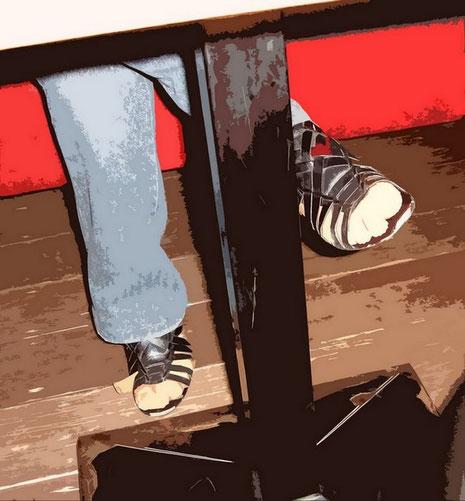 Noch ein bemerkenswerter Torso,mit  unperfekten Details, sonst kaum sichtbar, weil unter dem Tisch versteckt.