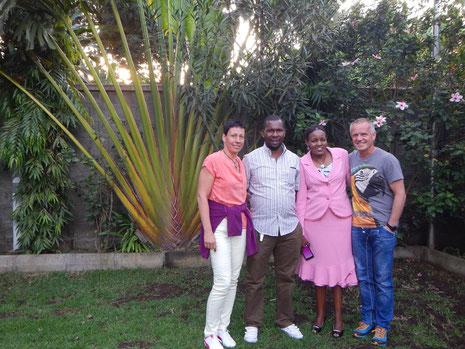 Michael Mollel mit Frau und Freunden