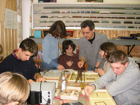 Helmut Fuchs spiega ai giovani modellisti le tecniche di costruzione