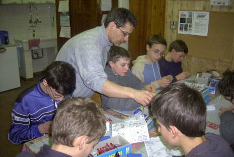 Helmut Fuchs bei der Betreuung der jungen Modellbahner