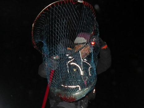 山ちゃんがサバを持って登場^^ 1匹釣って安心して宴会に参加したかったらしい…