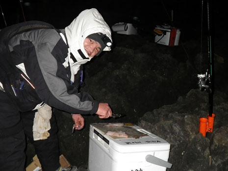 本職のケンジさんが手際よく魚を捌いてくれます