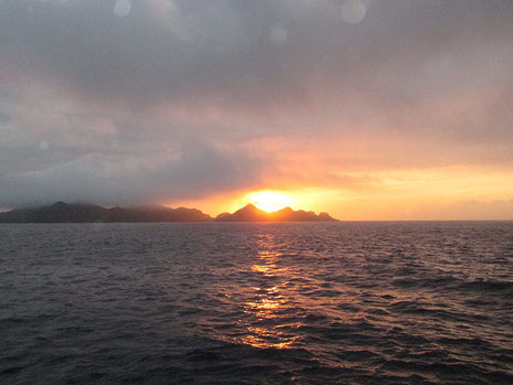 家島の方から、朝日が昇りますが、今日は曇りです。