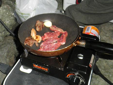 馬サガリを焼いてくれます。美味し〜い。流石、くまモン人です^^