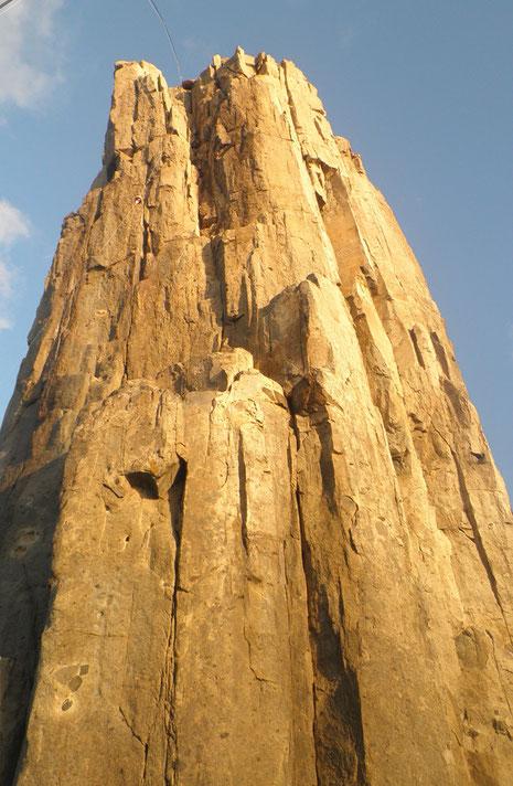 すごい岩がそそり立ってます。(翌朝撮影分)
