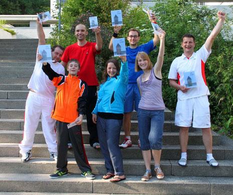 Die Finalisten des Luzern Opens 2012 strecken ihre Pokale in die Höhe.