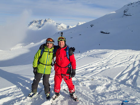 Skis aux pieds, Georges et Matthieu profitent du soleil devant Les Dents du Midi