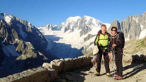 Christine et Michel au Refuge du Couvercle, prêts pour le départ vers le Jardin de Talèfre