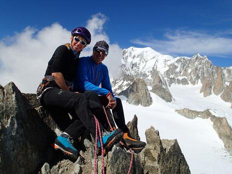 Françoise et Domininique posent au sommet des Aig Marbrées, devant le Mont-Blanc