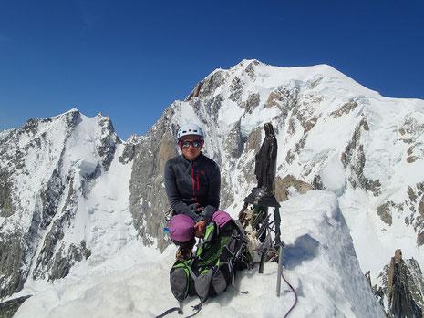 Nathalie au sommet avec la vierge et le Mont-Blanc