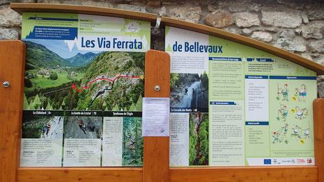 Au centre du village, le panneau de présentation des 3 Via Ferrata