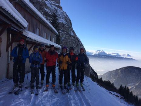Peter et ses amis skis aux pieds sur la terrasse du Refuge de Folly