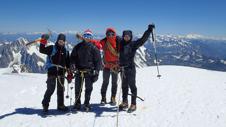 Toute l'équipe au sommet ! Gaétan, Loic, Lionel, Antoine savourent cet instant exceptionnel !