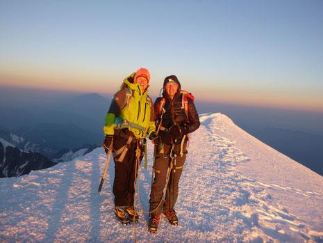 Frédérique et Jérôme au sommet, avec le premier rayon de soleil. Un moment exceptionnel ! !