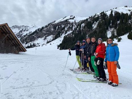 Après un bon tour du Grand Massif à skis, Hortense et ses amis en bas de La Combe de Gers