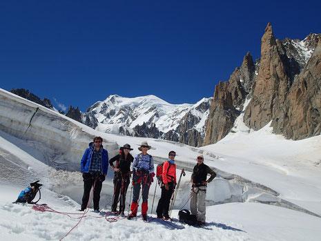 La belle équipe sur le Glacier du Géant. Au fond le Mt-Blanc.