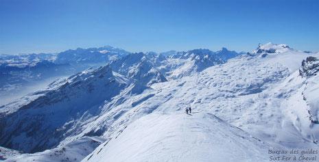 Après avoir cramponné la partie raide, Fred et Manu progressent vers le sommet.