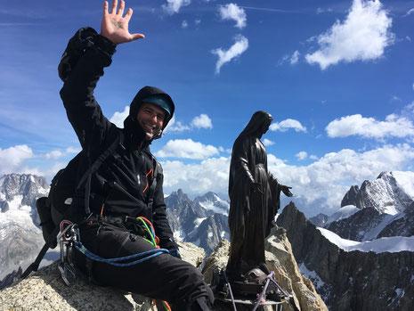Yann au sommet de la Dent du Géant, avec la Madone. Magique !