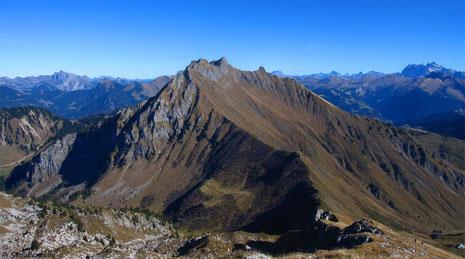 Vue sur le Roc d'Enfer et une bonne partie de sa traversée, depuis Chalune