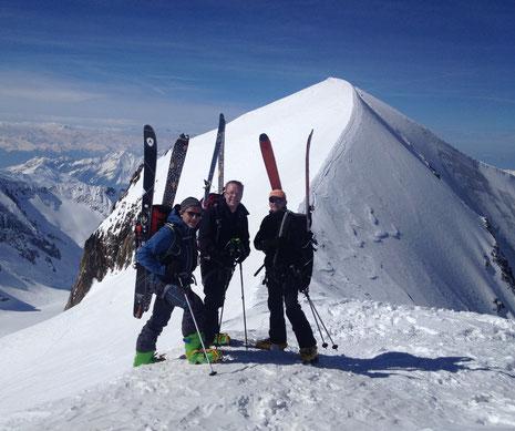Laurent, Arnaud et Samuel devant la classique et très esthétique arête sommitale des Dômes de Miage, avant la descente sur Armancette. Tout simplement magnifique !