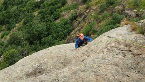 Dominique en ballade sur le rocher extraordinaire du Pilier Lomasti