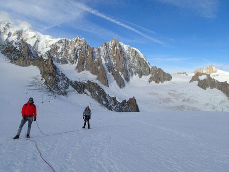 Dave et Kevin pendant l'approche sur le glacier. Au loin, Vierge, 3 Monts et Aig du Midi
