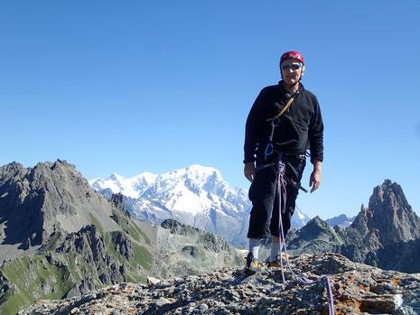 Jean-Baptiste au sommet de la Pierra Menta. Au fond, le Roi Mont-Blanc
